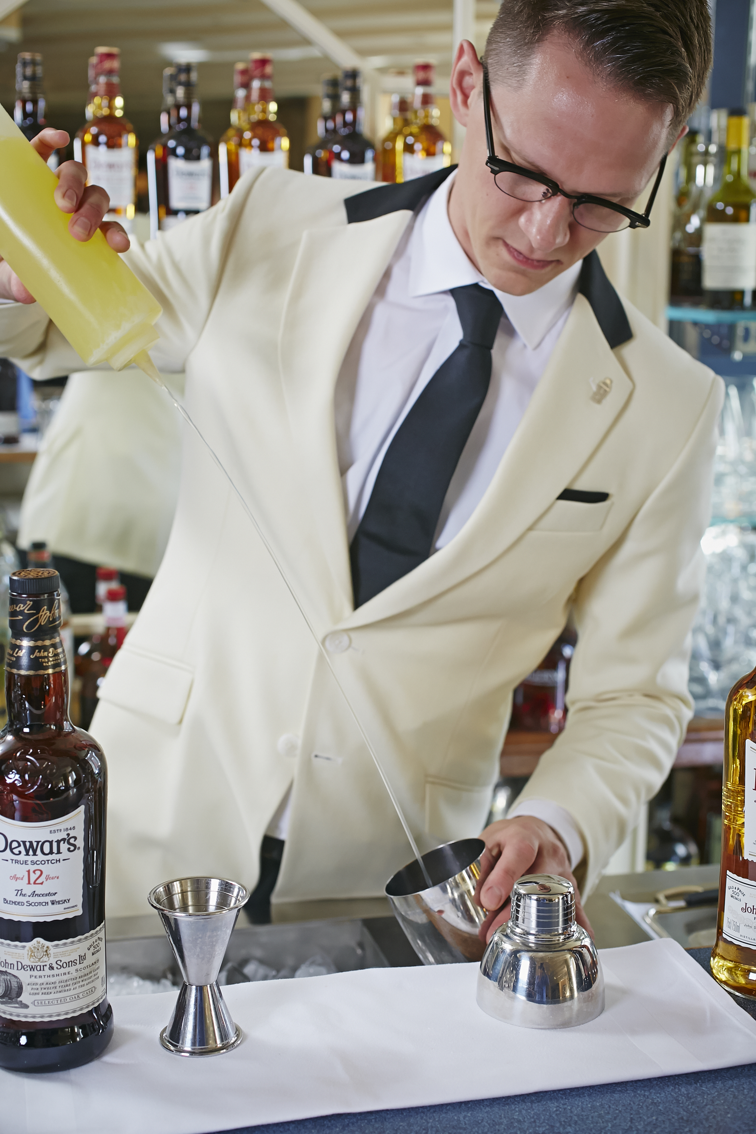 LONDON BARS – Dewars whisky, definitely shaken and tastebuds