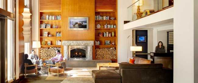 5-living-room-with-people-concierge-andra_240_1a.jpg.1920x807_default